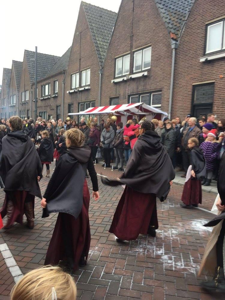 Met 45 dansers de straat op